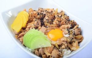 oyakodon (L'oyakodon est un donburi, un mets japonais composé d'une garniture sur un bol de riz. Oyako signifie mère et enfant car ce plat est élaboré avec du poulet et des œufs. Il est assaisonné avec dashi, mirin et sauce soja.)