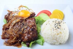 katsudon est un mets de la cuisine japonaise qui consiste en un bol de riz chaud surmonté de tonkatsu : une tranche de porc d'abord panée, puis cuite avec un œuf battu
